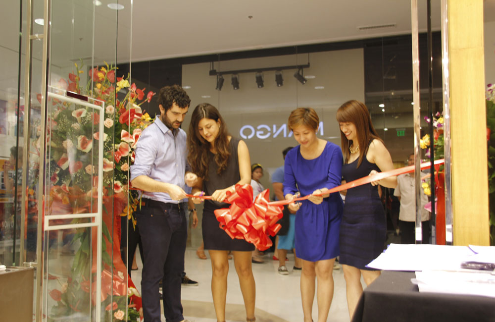 Mango's Jokin Areceta and Claudia Castillo, Mango Philippines Kelly Santos, and Cagayan de Oro's Michelle Francisco cut the ribbon to formally open new Mango Branch.